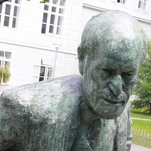 Dévoilement de la statue de Freud à Vienne
